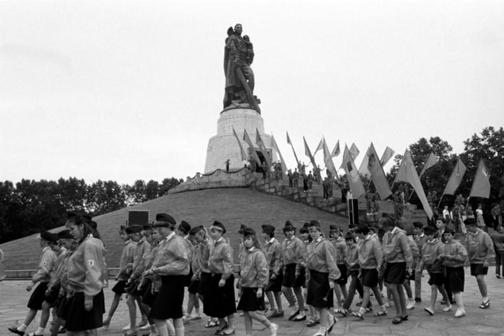 Kranzniederlegung durch Leninpioniere, Komsomolzen und Thälmannpioniere, Juli 1989.