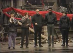 Foto: 14.11.1990 - Mitglieder der sogenannten DDR-Bürgerbewegung vor der Barikade an der Frankfurter Allee.