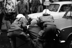 14. November 1990 - Ein Verteidiger der Mainzer Straße wir gefangen genommen.
