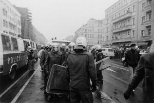Foto: 14. November 1990 - Die Frankfurter Allee gleicht einem Heerlager