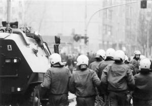 Foto: 14. November 1990 - Die Polizie rückt mit Räumpanzer vor.