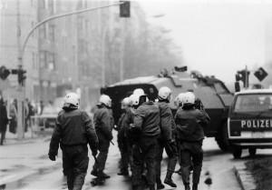 Foto: 14. November 1990 - Die Polizie rückt mit Räumpanzer vor