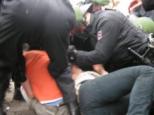 Brandenburger Polizei löst eine Antifa-Blockade auf. Foto: AG Timur und sein Trupp