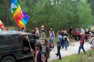 Sommeraktionstage 2004: Massenhaftes Platzbetreten, trotz Polizei & Bundeswehr