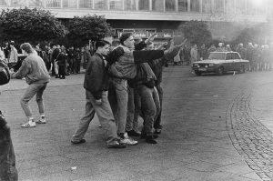 Frühjahr 1990: Nazi-Hools randalieren auf dem Alexanderplatz.