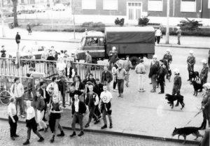 April 1990: Nazi-Hools greifen das besetzte Haus Schönhauser Allee 20/21 an.
